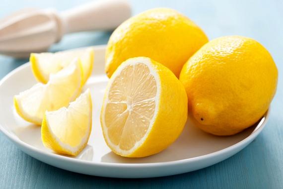 Szintén egy kevés citromra lesz szükséged, ha házi légfrissítőt készítenél: tölts meleg vizet egy szórófejes flakonba, majd add hozzá egy citrom kipréselt levét.