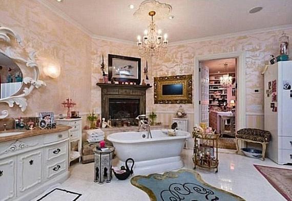 A fürdőszobába is jutott minden: lábas kád, mű antik bútorok és aranyozott keretbe rejtett lapos tévé.