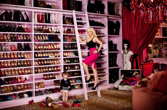 Ennyi cipőnek melyik nő ne örülne? A szoba azonban már inkább riasztó, mint vonzó.