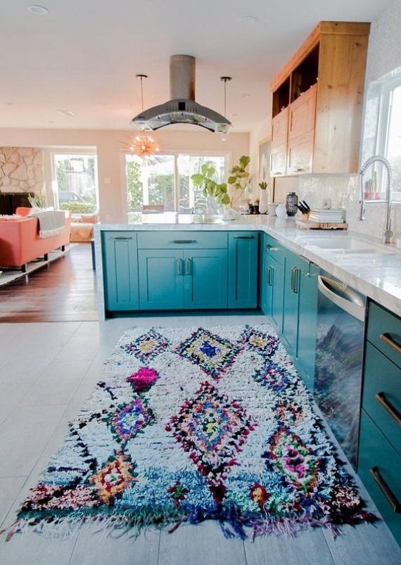 Ha a teret szeretnéd tágítani, érdemes olyan szőnyeget választanod, amely könnyen mosható. Ilyenek például a csomózott szőnyegek, akár extravagáns mintával is, ami ráadásul nagyon feldobja az egyszínű konyhát! Válassz olyat, ami színben megy a konyhabútorhoz!