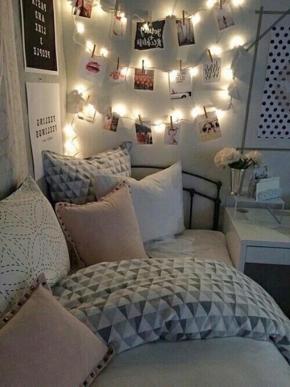 A csíptetős fotóakasztók is kombinálhatóak fényfüzérrel, így az ágyadhoz kitett emlékek képei szerves részei lesznek a hangulatvilágításodnak.