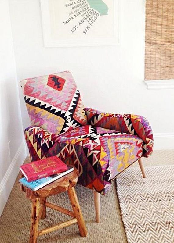 Egy régi fotel és egy használaton kívüli szőnyeg csodás kompozícióban egyesült ezen a képen. Ha szeretnéd te is megvalósítani, egy lágyabb esésű szőnyegre lesz szükséged hozzá.