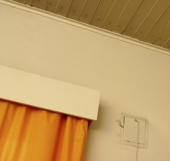 Rövid vagy túl alacsonyra rakott függönyök                         Ha a karnisod éppen csak az ablakod felett van, vagy a függöny nem ér le a földig, ez azonnal összerántja egy tér belmagasságát. Használd ki a függöny magasító hatását, a karnist tedd 50 centivel az ablak fölé, vagy ha nincs ennyi helyed, akkor olyan magasra, amilyenre csak lehet. A textíliát pedig méretezd egészen földig érőre - természetesen ez alól kivétel a konyha.