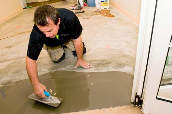 A laminált padlót úsztatott padlóként kell lerakni. Ez azt jelenti, hogy nincs ragasztás, szögelés, nincs az aljzatra rögzítve, csak lefektetik Az aljzatot azonban előkészítik - ez az a munka, amelyhez még szükséged lehet egy szakemberre, ha ugyanis a padló felülete egyenetlen, akkor simára és pontos vízszintbe kell hozni.