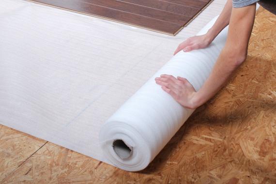 Az aljzat megtisztítása után először a laminált padló alatti rétegrendet érdemes kialakítanod. Ez azt jelenti, hogy kezdésként a lépéstompítót és a hőszigetelő anyagot fektesd le. Vannak általánosan alkalmazható változatok ezekből, de elérhetőek a laminált padló típusához kialakított szigetelőrétegek is, válassz belátásod szerint, mindegyik megoldás tökéletes és nagyon egyszerű a lerakása.