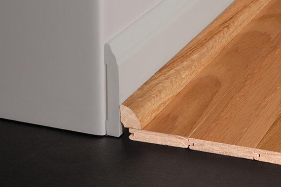 Ha leraktad a burkolatot, akkor már csak a szegélyléceket kell rögzítened a falakhoz, amelyek a hőtágulás okozta hézagot is eltakarják, és a falat is óvják, amikor felmosod a padlót. A szegélylécek felrakása pattintós klipszekkel történik, amelyeket minden esetben csak a falhoz szabad rögzíteni, a padlóhoz nem.