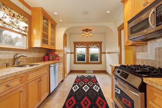Ha hasonló típusú, kisebb konyhával rendelkezel, igazán könnyű dolgod van! Elég egy keskeny, hosszú szőnyeget elhelyezned a konyhapult mentén, hiszen ez az egy darab megkímél a söprögetéstől, a felmosástól, egy perc alatt könnyedén kiporszívózható.
