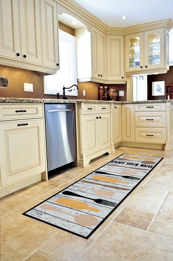 A konyhai szőnyeg, extra rövid szálainak köszönhetően nagyon hatékonyan gyűjti össze a koszt. Ennek köszönhetően főzés után nem kell külön bíbelődnöd a sepregetéssel, elég egy gyors porszívózás. Ha kertes házban laksz, akkor pedig egy nagyon egyszerű mozdulattal minden piszkot könnyen ki is rázhatsz belőle.