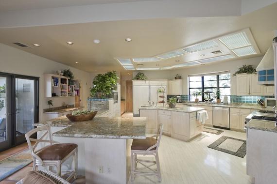 Ha nagyobb konyhával rendelkezel, nyugodtan elhelyezhetsz több kisebb méretű szőnyeget is, akár úgy, hogy összekösse a konyhát az étkezőhelyiséggel. Ennél a megoldásnál viszont ügyelj arra, hogy a szőnyegecskék alatt legyen csúszásgátló háló, hogy elkerüld a lehetséges baleseteket.