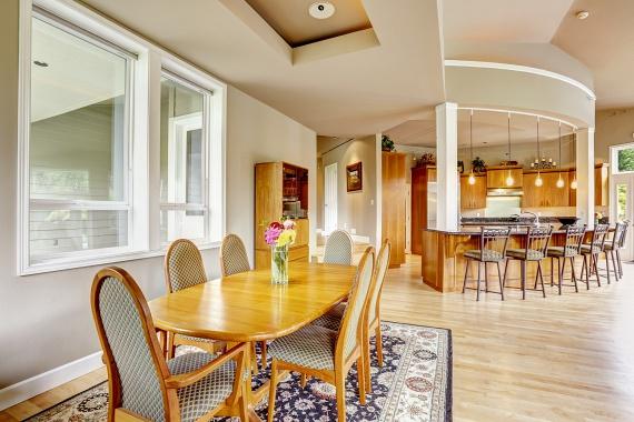 Célszerű konyhaszőnyeget helyezni az étkezőasztal alá is, mivel a legtöbb morzsa reggelinél itt hullik le a földre. Csak arra figyelj, hogy a szőnyeg méretben túlfusson a székek hátsó lábán. Minél nagyobb felületen terül szét, annál jobb.