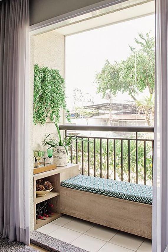 Ha nagyon keskeny az erkélyed, akkor érdemes a képen látható elrendezést használnod: kitolni az ülőpadot a korláthoz, de végigfuttatni az erkély szélességében. Így egy befelé forduló erkélyhasználatot teszel lehetővé, és gyakorlatilag a nappalidat hosszabbítod meg vele.