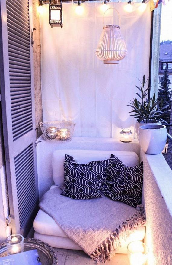 Az is jól működik, ha az erkély egész szélességében alakítod ki ezt az alacsony ülésmagasságú fotelkát. Ezzel tágasabbá teszed az erkélyt optikailag, és a fenti részen egy csomó helyed marad a lámpásoknak. Egy kifeszített textil is jó megoldás lehet a privát tér kialakítására.