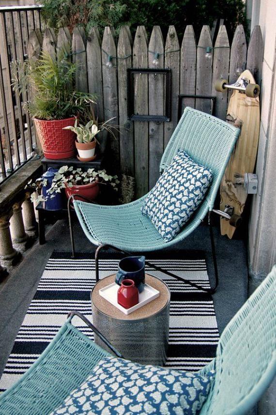 Használj alacsony ülőmagasságú ülőalkalmatosságokat, és máris sokkal könnyedebb hangulata lesz az erkélynek. Emellett vidéki kerítést imitáló faborítást is tehetsz egy-egy oldalra, amerre nagyobb takarást szeretnél a környezeted elől.