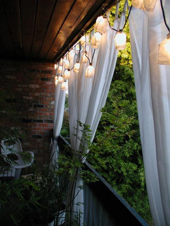 A laza függönyök nagyon hangulatossá, szinte keletiessé tesznek bármilyen erkélyt - főleg, ha kis lámpásokkal használod.