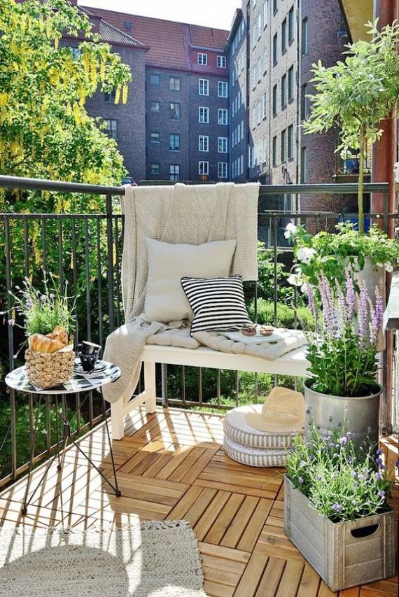 A növényekről se feledkezz meg mint dekorációs lehetőségről, azonban egy kertészetben kérj előbb tanácsot, hogy a te erkélyed fekvéséhez mely növényeket ajánlják. A levendula például egy árnyékos erkélyen nem fogja jól érezni magát, és hiába költesz rá vagyonokat, tönkremehet.