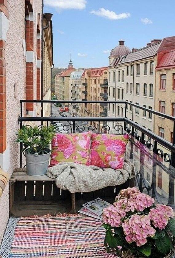 A színes textilek is képesek egy csapásra átváltoztatni az erkélyedet. Ne félj a rongyszőnyeg erkélyen tartásától, ezek a darabok nagyon jól bírják a strapát. Ha esetleg megázna, csak felteszed a korlátra, és egy napon belül megszárad.