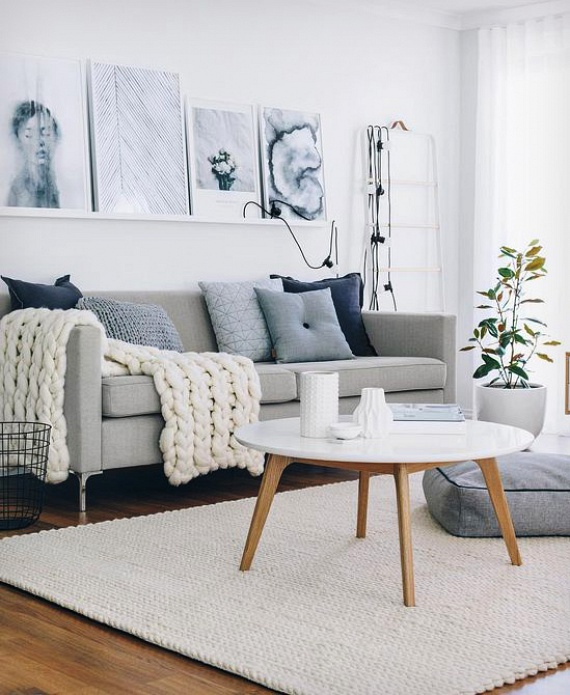 Ha szereted a skandináv hatást, a világos bútorokat, és vagy olyan szerencsés, hogy laminált padló borítja a nappalidat, akkor már csak egy vastag, világos szőnyegre lesz szükséged az otthonosság növeléséhez. Emellé persze még egy szép földig érő függönyt és néhány képet is feltehetsz a szobába, hogy igazán teljes legyen a hatás.