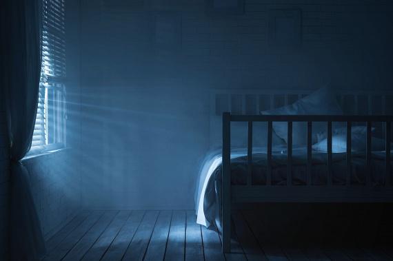 Az utcáról beszűrődő lámpafény, de akár az erős holdfény is zavarja az emberi bioritmust. Ha fény van, akkor az agyad azt az üzenetet küldi a szervezetednek, hogy ébren kell lennie. Ennek kivédésére használj olyan sötétítő függönyt, amely kizárja a kinti fényeket. Ma már nem is kell súlyos kárpitokra hagyatkoznod, vannak olyan szénszálas textilek, amelyek kizárják a fényt, miközben könnyűek és mutatósak.