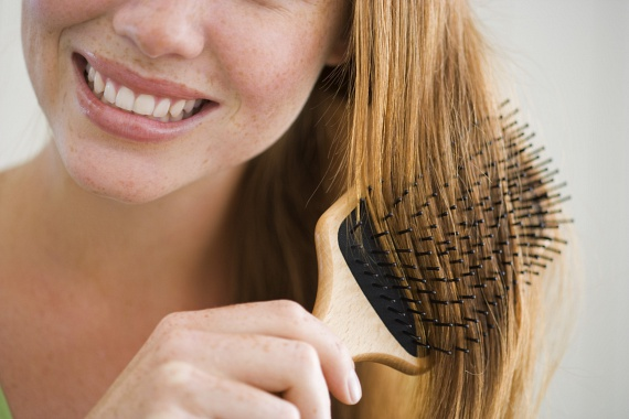 Hajszálak a laminált padlónKülönösen a félhosszú, hosszú hajú nők érzékelhetik azt a problémát, hogy néhány hajszál a padlón meglepően rövid idő alatt méretes porcicákat tud maga köré gyűjteni. Ennek megelőzésére a hosszú hajat érdemes rendszeresen olyan hajkefével átfésülni, amely magában tartja a hajszálakat, és nem hagyja lehullani a padlóra, mint egy széles fogazatú, szimpla fésű. A hajkeféből pedig már sokkal egyszerűbb kiszedni és kidobni a kihullott hajszálakat.