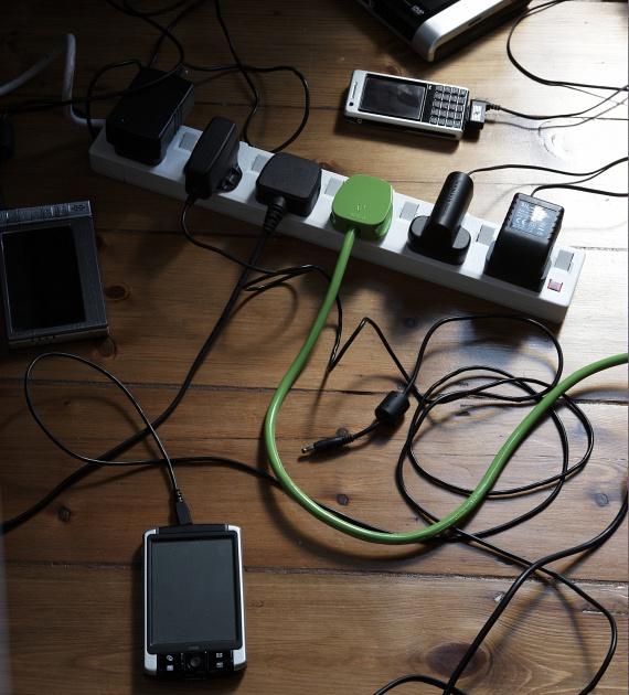 KábelrengetegA sok-sok kábel, amit a router, a tévé, a laptop és egyéb digitális eszköz igényel, takaríthatatlan kábelrengetegként kavarog a legtöbb lakás íróasztala alatt. Ha ettől szeretnél megszabadulni, akkor keress egy, az igényeidnek megfelelő kábelrendszerezőt. Vannak gégecsőbe rejthető rendezők, az asztalra rögzíthető megoldások, de egy szép, fedeles papírdobozból magad is készíthetsz stílusos kábelrendezőt.