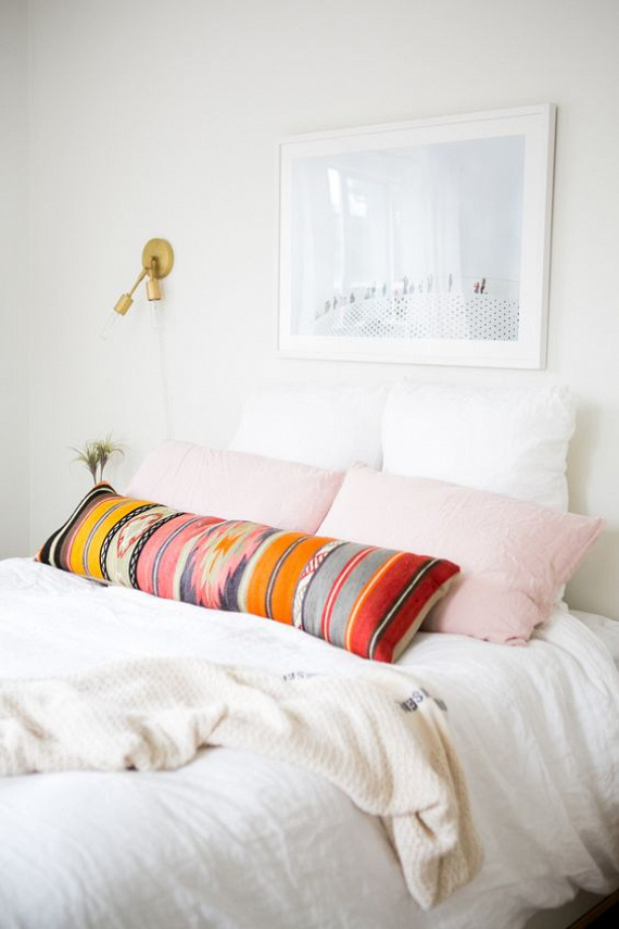 Ha kitisztíttatod a régi szőnyeget, akkor a hálószobába is beteheted párnaként, egy üde színfolt szerepében.