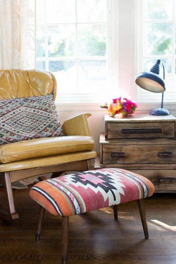 Durvább anyagú szőnyegből újrahúzhatod a lábtartódat, vagy bevonhatod vele az előszoba ülőpadját.