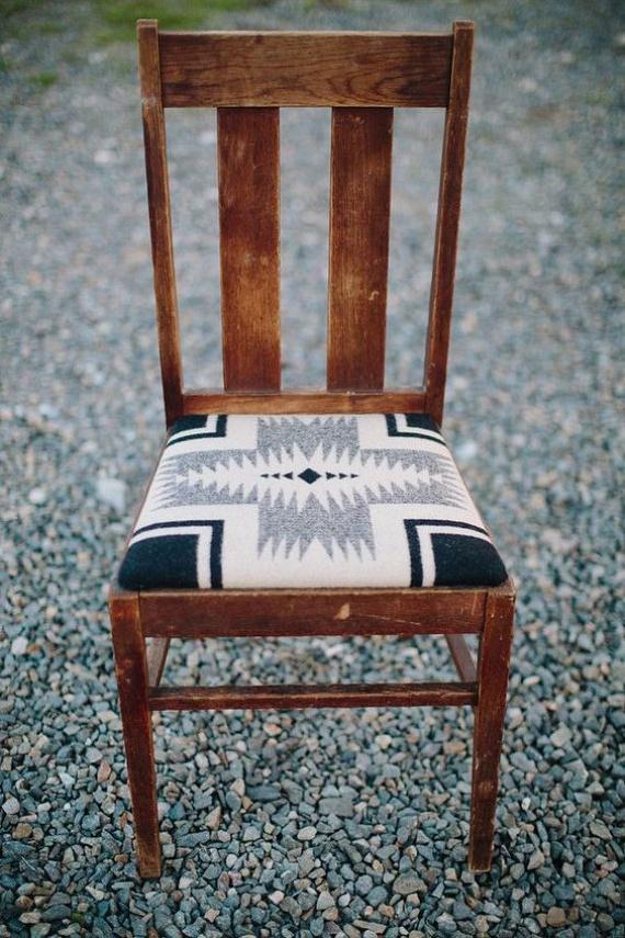 Ha pedig a székeid szövetét szeretnéd kicserélni, akkor is jusson eszedbe az elfekvőben lapuló szőnyeg, hiszen gyönyörű darabokká teheti a régi székeket.