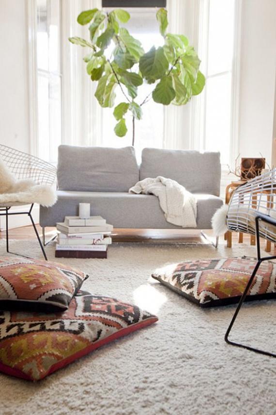 Ha szeretsz a földön ülni, akkor a régi szőnyegekből érdemes ülőpárnákat készítened, hiszen ezeket nyugodt szívvel ledobhatod a földre, nem fogod őket annyira félteni, mint az újonnan vásárolt díszpárnákat.