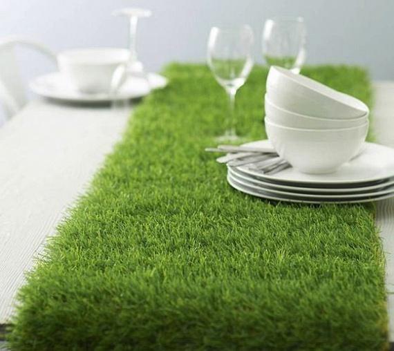 A műfüvet nagyon sokan használják dekorációként is. Meseszép asztaldíszt készíthetsz belőle, ráadásul az apróbb edényeknek, de akár a gyertyáknak is kellemes nyughelye ez a kis zöldterület. Az ünnepek is közelednek, az adventi koszorúnak például tökéletes alapja lehet a méretre vágott műfű.