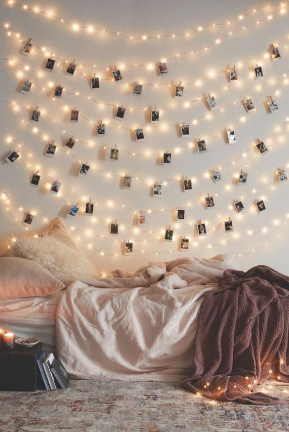 Elképesztően gyönyörű hatást tudsz elérni, ha néhány sornyi égőt húzol egymás alá egy üres falra. Csipeszeld fel rá a fotópapírra nyomtatott kedvenc emlékeidet, és máris kész életed oltára! Képzeld csak el, mekkora boldogság lesz ránézni!
