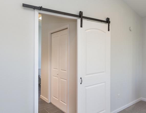 Ahol lehet, váltsd ki az ajtókat tolóajtóra, függönyre. Ezzel rengeteg helyet nyersz, és nem kell az ajtókat ki-becsukogatni a kis terek között. Természetesen ahol a hangok vagy szagok miatt fontos, hogy jól elszigetelhető legyen egy helység, ott tartsd meg az ajtót, de a többi helyen válassz inkább tolóajtót.