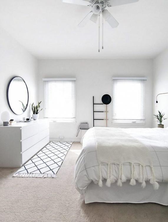 Egy szobának lehetnek kicsik az ablakai, de ha teljesen fehérbe öltözteted a helyiséget - amit leginkább fehér padlószőnyeggel és függönnyel tudsz elérni, csak úgy ragyog majd! Ráadásul ha még egy tükörrel is megtoldod a berendezést, az nagyszerűen megsokszorozza a fényerőt a szobában.