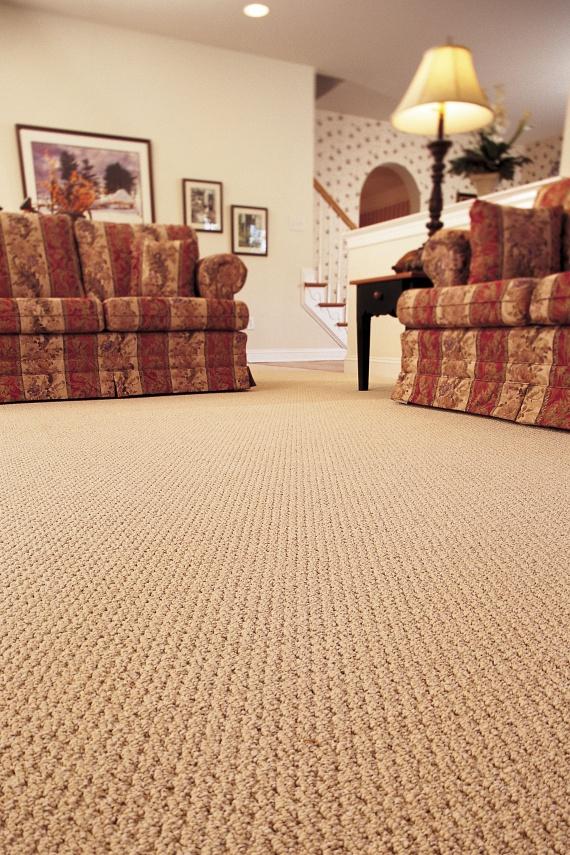 A szőnyegezett padló kiváló hangszigetelő. Hogy jobban elnyelje a hangokat, érdemes minél nagyobb padlófelületet lefedni vele. Hogy rövid vagy hosszú szálú szőnyeget választasz, az maradjon kényelmi szempont. Forgalmasabb szobákba érdemes a rövid szálú mellett dönteni, de a hálószobába nyugodtan válassz puha, hosszú szálú szőnyeget.