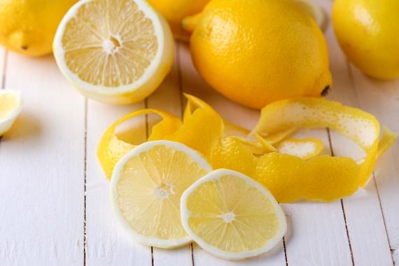 A citrusok is képesek lehetnek elfedni a kellemetlen szagokat, amellett azonban, hogy citrushéjakat dobsz a szemetesbe, egy keveset levükből kifacsarva is nagyon gyors hatást érhetsz el.
