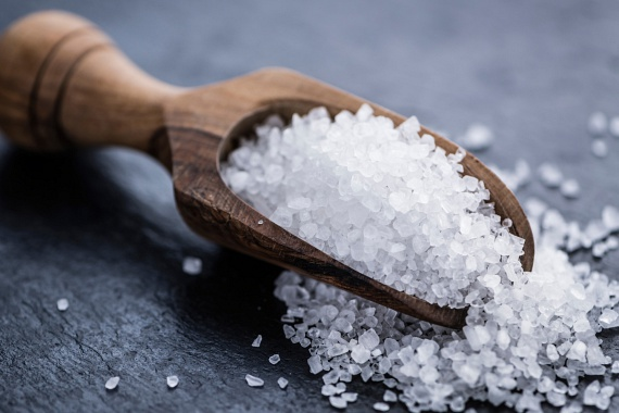 A só szintén remek szagsemlegesítő, aminek hatását fokozhatod azzal is, ha előbbi módszerrel ötvözöd: tegyél a szemetesbe egy kanálnyi sót, majd csepegtess rá pár csepp illóolajat.