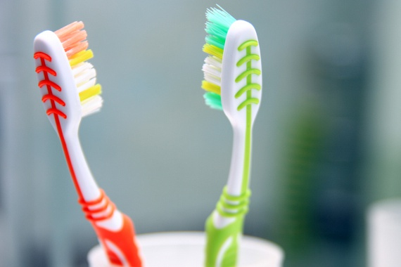A lista legfurcsább elemét a fogkefe jelentheti, hiszen szinte nincs olyan ember, aki ne a fürdőszobában tárolná, holott a nedvesség ebben az esetben is káros lehet, elősegítheti ugyanis a baktériumok szaporodását. Ha ezt szeretnéd elkerülni, ne itt tartsd az eszközt, de az is megoldás lehet, ha védőkupakot teszel rá.