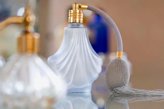 A parfümök szinte az első fújástól kezdve folyamatosan veszítenek minőségükből, a pára és a hő azonban ezt lényegesen felgyorsíthatja, így ezeket is érdemesebb inkább száraz, hűvösebb vagy szobahőmérsékletű helyen tárolni.