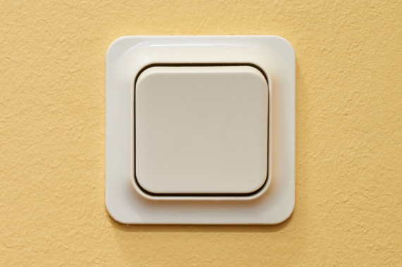 Égve hagyod a villanytAz E.ON kiemelten felhívja a figyelmet arra, hogy a villanyt mindig kapcsold le, ha hosszabb ideig nem tartózkodsz egy adott helyiségben, mert bár ez olyan jó tanács, amit mindenki hallott már legalább ezerszer, nagyon sokan ennek ellenére is megfeledkeznek róla. Mindezen túl egy fényerő-szabályozós kapcsolóval is spórolhatsz, erről ide kattintva olvashatsz bővebben.