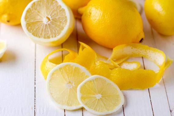 A citrom is igen hatékony tisztító-, illetve fertőtlenítőszer, ráadásul az illata is igen kellemes. A citromlevet is használhatod WC-tisztításra az ecethez hasonló módon, ugyanakkor egy félbevágott citrommal is átdörzsölheted a felületet. Mindkét esetben kövesd a korábban leírt lépéseket, hagyd hatni a szert, dörzsöld át a felületet, majd öblítsd le.