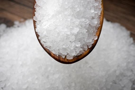 A citrom hatását egy kevés konyhasóval is fokozhatod, utóbbi kiváló súrolószerként funkcionál majd.