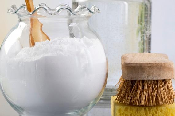 Ugyanígy súrolószerként használhatod a szódabikarbónát is, mely ráadásul a kellemetlen szagok semlegesítéséről is gondoskodik.