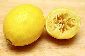 WC takarítása citrommal