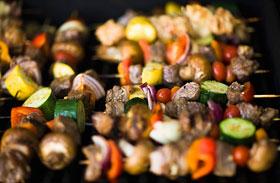 Omlós báránykebab ropogós zöldségekkel