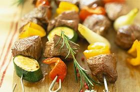Omlós grillezett húsnyárs gombával és paprikával - Gyors kerti sütögetéshez
