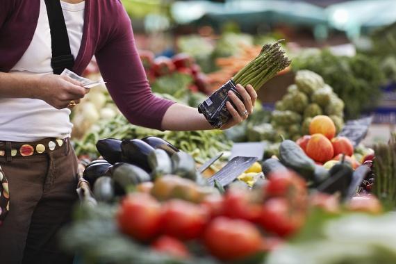 A fehérjék mellett pedig igyekezz minél több friss zöldséget is fogyasztani, hogy szervezeted vitaminszükségletét fedezni tudd. A legjobb az, ha nyersen, saláta formájában fogyasztod őket, de változatosságképpen párolva és grillezve is eheted. Szerencsére kezdődik a nyár, és sok finom zöldség között válogathatsz a piacon.