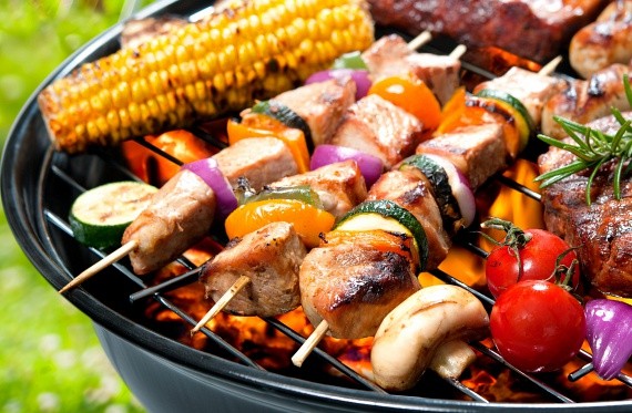 A saslik kint a kertben és bent egy grillserpenyőn is elkészíthető. Az alaposan megtisztított nyers húst vágd nagyobb kockákra, forgasd meg fűszeres olívaolajban - fűszernek használhatsz chilipelyhet, borsot, fokhagymát és persze sót -, és kis fej hagymák társaságában húzd fel őket nyársra. Ha nem tolod őket túl szorosan össze, akkor hamarabb át tudnak sülni, ami az idő szempontjából lényeges, ízben azonban nem lesz különbség. Fogyaszd friss salátával, újhagymával.