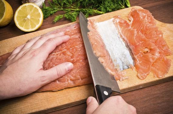 A halak húsa sokkal több vizet tartalmaz, mint a melegvérű állatoké, ami miatt sokkal romlandóbb. Ezért mindig a fagyasztóban tárold, és csak a sütés-főzés előtt maximum egy nappal vedd ki korábban, különben már kockáztatod az emésztésed egészséges működését.