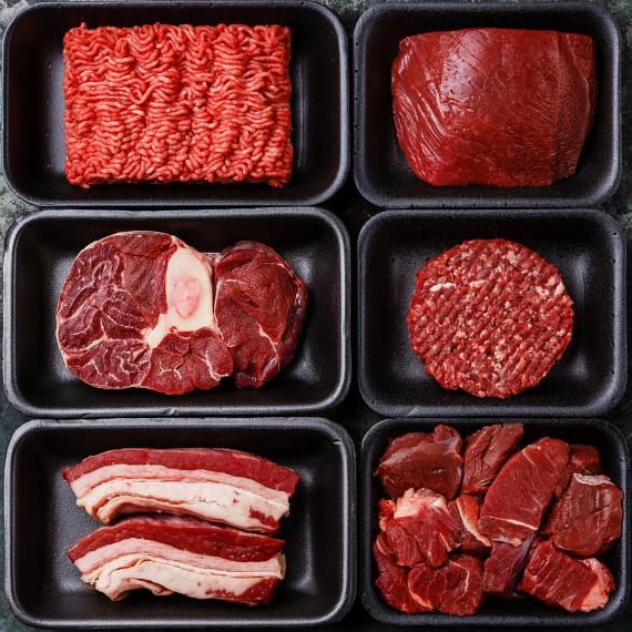 A nyers hús különösen veszélyes alapanyag, melynek hűtéséről úgy tudsz a legjobban gondoskodni, hogy a hűtő felső polcára vagy a hűtő mélyére teszed, ahol hidegebb van, mint a hűtőszekrény többi részén.Azonban ha nem vigyázol, és olyan edényben, rácsos polcon tárolod a húst, hogy annak a leve le tud csöpögni az alsóbb polcokon tárolt termékekre, akkor minden élelmiszert veszélybe sodorsz, és ahelyett, hogy megehetnéd, ki kell majd dobnod. Ezért magas falú tálba tedd, vagy helyezd inkább a legalsó polcra. Ugyanez vonatkozik a mélyhűtőben való tárolásra is.