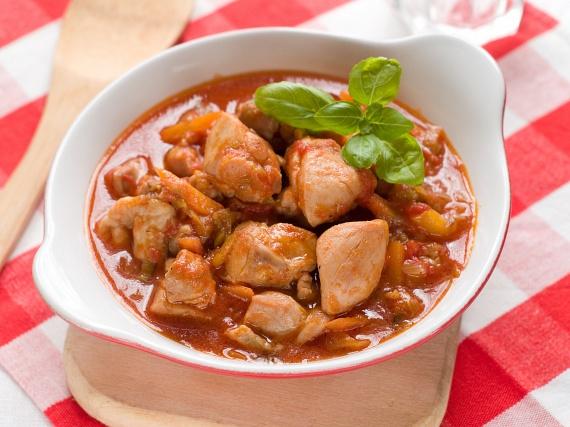 A paprikás csirke tökéletes paleo fogás, amennyiben minimálisra tudod csökkenteni a zsiradékot, a hagyományos tejfölt növényi főzőtejszínre cseréled - már a legtöbb nagyobb élelmiszerboltban lehet ilyet kapni -, és nokedli helyett káposztasalátát eszel köretnek.A zsiradékot úgy is minimalizálhatod, hogy tűzálló kerámiatálban, a sütőben készíted a csirkét.