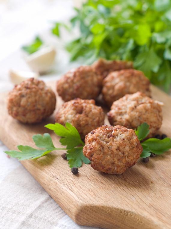 A fasírt is lehet része ennek a diétának, amennyiben a zsömlét teljesen kihagyod a húskeverékből, vagy paleo liszttel - azaz például a mandula, kókusz, lenmag, gesztenye készült liszttel - helyettesíted.